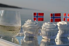 Lovely Norwegian cupcakes and champagne Cooking Contest, Constitution Day, Norwegian Food, My Roots, Big Mac, Norway, 4th Of July, Sweet Tooth, Cupcakes