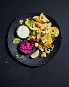 Prøv denne kombinasjonen neste gang du skal lage nachos. Med syltet rødløk og avokadodressing som tilbehør blir det garantert en ny favoritt! Tex Mex, Bruschetta, Hot Sauce, Ethnic Recipes, Nachos, Food, Drinks, Cilantro, Drinking