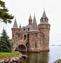 "This is a folly on Heart Island, in the Thousand Islands region of the U.S. state of New York. It is called the Power House, and was built to hold a generator to supply power to the island, including ""Boldt Castle"" (a much bigger folly on the island). These and other follies on the island were built by George Boldt in the early twentieth century......       www.castlesandmanorhouses.com"