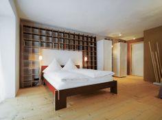 Vorderstübchen: Gallery - Haus berge, Aschau im Chiemgau. shelves around bed.