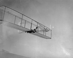 Wilbur Wright glides on the north slope of Big Kill Devil Hill with a double-ruddered glider, at Kitty Hawk on October Hermanos Wright, Kitty Hawk, Gliders, Historical Photos, Aviation, Success, October 2, Aeroplanes, Number 3
