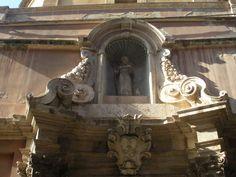 Chiesa Sant'Antonio Abate.Nicchia del santo che sormonta il portale.
