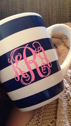 monogrammed coffee cup - why didn't we think of doing this? Silhouette Projects, Silhouette Cameo, Home Design, Cute Gifts, Great Gifts, Dyi, Monogram Gifts, Mellow Yellow, Vinyl Projects