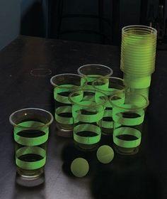 Beer Pong Luminoso. Increible juego de beer pong. Dviertete jugando en la obscuridadl os vasos y las pelotas brillan en la obscuridad. Este set incluye 22 vasos y 2 pelotas.
