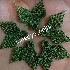 Merabalarrrrr....Biz bi kosu gidip menekse olup gelelim . . . . #keşfet . . . . . #tasarım #saudiarabia #igneoyasi #iğneoyaları… Needle Lace, Bargello, Crochet Flowers, Knots, Craft Supplies, Diy And Crafts, Crochet Earrings, Stitch, Sewing
