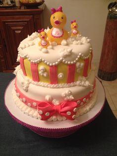 Cake de vainilla relleno de dulce de leche. Cubierto de fondan decorado especialmente para el Baby Shower de Abbey. Creación de Silvia's Cake