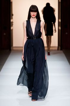 Martin Grant was tailoring vintage elegance into every one of his spring / summer 2013 outfits. The Paris fashion week (PFW) show opened with midnight blue Fashion Week, Runway Fashion, Fashion Show, Fashion Design, Paris Fashion, Her Style, Glam Style, Beautiful Outfits, Evening Gowns