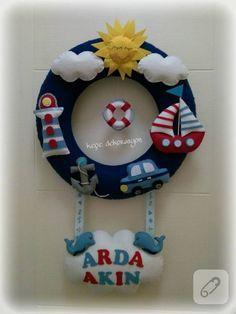 hepsi elde dikilmiş keçe figürlerle süslü denizci temalı bebek odası kapı süsü ve daha pek çok el yapımı bebek hediyelik önerisi ile aksesuar modeli 10marifet.org'da