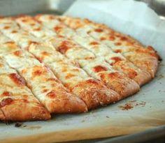 Bâtonnets au beurre à l'ail sur pâte à pizza! #bâtonnets #beurre #ail #pâte #pizza #collation #salée #accompagnement #entrée