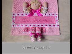Olá meninas, neste vídeo ensino a fazer essa toalha personalizada com nome e boneca, muito meiga e apaixonante!  Link do molde: https://www.facebook.com/media/set/?s...