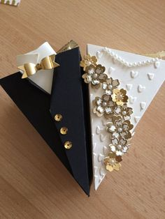 Best Pics simple Bridal Bouquets Tips One of the most important bridal dress gadgets, the bridal aroma, is prepared according to the movements invol. Wedding Boxes, Diy Wedding, Wedding Gifts, Craft Wedding, Boite Explosive, Fancy Envelopes, Wedding Cards Handmade, Diy Gift Box, Gift Packaging