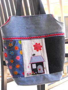 Borsa realizzata con jeans riciclati, appliques e ricami fatti a mano. Recycling jeans: denim bag.