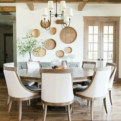 The wood tones and textures in this neutral space are just so perfect! 😍 I'm loving the casual but chic vibe @houseofjadeinteriors has going on in this dining room. 👏👏👏 What do you think? . . . #diningroom #casualchichome #texturestudy #designed #woodbeams #naturalwood #diningroomdecor #beamedceilings #woodplanks #chicdecor #theeverygirlathome #utahdesigner #mytradhome #real_simple #housebeautifulmagazine #smploves