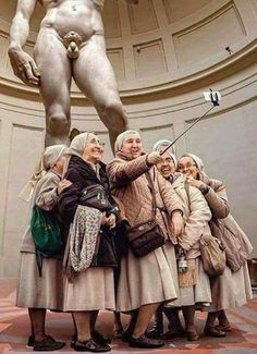 LIE: Catholic nuns taking selfie in front of Michelangelo's David. TRUTH: The original photo of these nuns taking a selfie in St Peters Square has been photoshopped into this photo as well as in many others in other locations. Street Photography, Art Photography, Saint Peter Square, Great Jokes, Les Fables, Under My Skin, Jolie Photo, Weird And Wonderful, Historical Photos