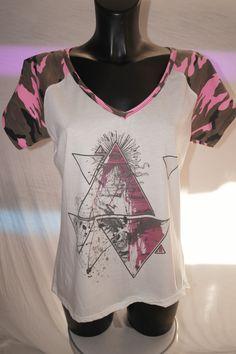 T-shirt maniche raglan camouflage rosa shock con stampa digitale con occhio onniveggente sulla cima piramide,