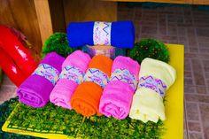 personalizados: toalhas de banho como lembrancinhas Luau Pool Parties, Pool Party Favors, Luau Party, Beach Party, I Party, Party Time, Birthday Parties, Splash Party, Moana Party