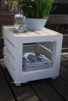 Cute side table made from a pallet Wood Pallet Furniture, Diy Furniture Projects, Diy Pallet Projects, Recycled Furniture, Pallet Crates, Wood Pallets, Pallet Designs, Pallet Creations, Banquette