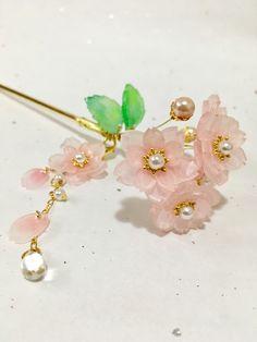 当方のハンドメイド作品です。桃色が華やかな八重桜を髪に挿してー。花芯にはホワイトのパールビーズとゴールドブリオンを使用。揺れるチャームは花を一輪と花びら、小粒パールにクリアガラスビーズつきで豪華な仕上がりにしました。チャームは取り外しも可能。外したチャー...