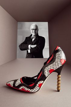 Los diseñadores de zapatos más icónicos del mundo  Manolo Blahnik y el modelo Amiela, con tacón de 11,5 centímetros.