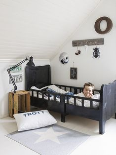 Find out about getting the right timing to switch from toddler crib and more DIY toddler bed ideas which suits your needs. Diy Toddler Bed, Black Toddler Bed, Toddler Bedding Boy, Little Boys Rooms, Deco Kids, Kids Room Design, Deco Design, Baby Kind, Kid Spaces