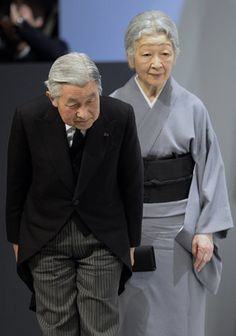2014年の天皇陛下 Japanese Emperor Akihito (L) and Empress Michiko bow towards the audience as they leave the national memorial service for the victims of the 11 March 2011 earthquake and tsunami in Tokyo on March 11, 2014.