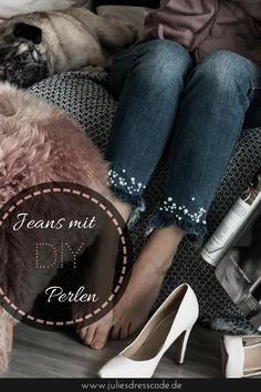 Eine alte Jeans ganz einfach aupeppen? In diesem leichten DIY werden Jeans mit Perlen bestickt und schon sind sie wieder voll im Trend | Julies Dresscode Fashion Blog | https://juliesdresscode.de