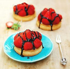 Tarte aux Fraise - strawberry tart - with Balsamic Glaze. You didn't think French patisserie could be - Food Gawker Vegan Desserts, Delicious Desserts, Vegan Recipes, Dessert Recipes, Yummy Food, Dessert Ideas, Vegan Tarts, Strawberry Tart, French Patisserie