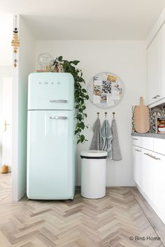 4 styling tips for the kitchen in a rental home with handy slides - 4 styling tips voor de keuken in een huurwoning met handige diy's A real eye-catcher: this beau - Rustic Country Kitchens, Country Kitchen Designs, Modern Kitchen Design, Home Decor Kitchen, Home Kitchens, Pastel Kitchen Decor, Retro Fridge, Smeg Fridge, Vintage Fridge