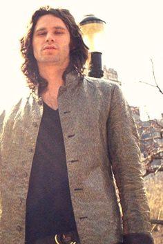 """Jim Morrison dijo """"La muerte hace ángeles de todos nosotros y nos da alas donde teníamos hombros, suaves como garras de cuervo""""."""