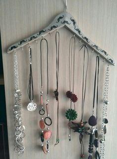 Percha decorada para collares