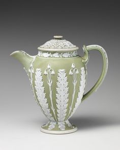 Antique late Century Josiah Wedgwood and Sons Chocolate pot, circa 1790 Fine Porcelain, Porcelain Ceramics, Wedgewood China, China Tea Sets, Teapots And Cups, How To Make Tea, Chocolate Pots, Organic Shapes, Wedgwood