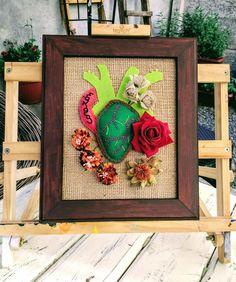 Corazón en fuga... Diseño Chicoca Deco #bordados #arpillera #crea #corazon #flores #cuadro #hechoamano Home Decor, Stone Crafts, Burlap, Picture Wall, Mirrors, Hand Made, Wood, Decoration Home, Room Decor