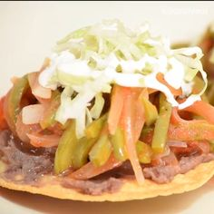 Tinga nopales and carrot recipe. Prepare some delicious toasts with this stew for your next meeting, it is super vegetarian! Mexican Food Recipes, Vegetarian Recipes, Cooking Recipes, Healthy Recipes, Quick Meals To Make, Carrot Recipes, My Favorite Food, Food Videos, Tostadas