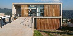 Casa em diversos níveis aproveita terreno íngreme para acomodar piscina