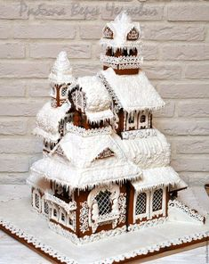 A gingerbread house is sooo adorable and pretty! But these incredible ones take gingerbread houses to the next level! Easy Gingerbread House, Graham Cracker Gingerbread House, Gingerbread House Template, Gingerbread House Designs, Gingerbread Decorations, Gingerbread Cake, Christmas Decorations, Noel Christmas, Christmas Treats