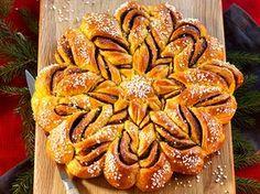 Saffransdoftande krans med kanelfyllning Swedish Bread, Chicken Wings, Bread Recipes, Tart, Carrots, Recipies, Food And Drink, Sweets, Meals