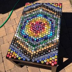 DIY Bottle Cap Table Thinking of what to do with your old table that. Beer Bottle Crafts, Beer Cap Crafts, Bottle Cap Projects, Diy Bottle, Crafts With Bottle Caps, Beer Bottles, Bottle Top Tables, Beer Cap Table, Bottle Cap Art