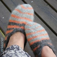 Tova tøfler Textiles, Gloves, Slippers, Knitting Ideas, Crochet, Crochet Hooks, Sneaker, Crocheting, Slipper