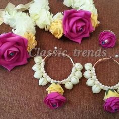 Floral jewellery for mehndi (WhatsApp 07788942339 Thanks ) Indian Wedding Jewelry, Bridal Jewelry, Bridal Flowers, Floral Flowers, Flower Jewellery For Mehndi, Flower Jewelry, Flower Ornaments, Flower Corsage, Wedding Preparation