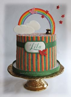 When Lila's mum said she wanted a rainbow cake and that rainbow sours were Lila's favorite I just knew I wanted to do this design for the cake.