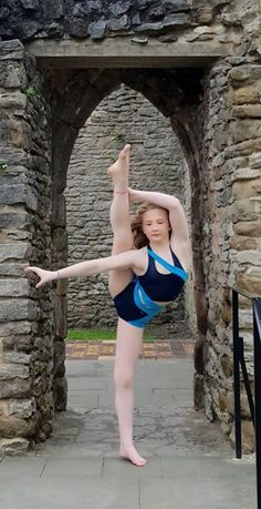 Stunning image of Elisha Youth Pole Dancer and Wink model flexibility training outdoors wearing Wink's Siren Top and Side Panel Shorts. Yoga Wear, Gym Wear, Dance Wear, Pole Dancing Clothes, Flexibility Training, Aerial Arts, Summer Prints, Funky Fashion, Second Skin