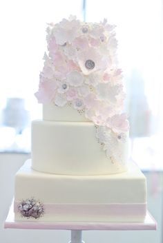 The details on this wedding cakes is so beautiful!