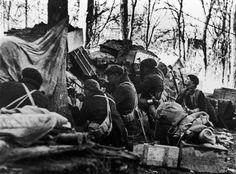 Brigadistas internacionales en una trinchera en un punto cercano al parque del Oeste en el invierno de 1936. Fotografía Robert Capa.