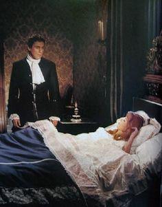 Anderes als im Buch Angelique und der König, in dem gleichnamigem Film beobachtet Joffrey schlafende Angélique und bleibt von ihrem Bett stehen. Später flüchtet vor ihr und verschwindet in der Dunkelheit. Er lässt eine vor Verzweiflung weinende Angélique zurück, die sich bald darauf aufmacht, seiner Spur zu folgen.........In dem Buch Angelique un ihre Liebe gibt es auch eine sehr endliche Szene. Rescator beobachtet die schlafende Angelique auf dem Schiff .