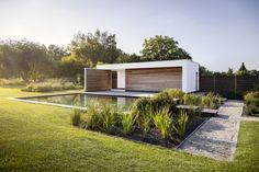 Modern poolhouse met zwemvijver, terras van gezandstraald beton. Architecture Details, Landscape Architecture, Landscape Design, Garden Design, Modern Pool House, Pavillion, Garden Pavilion, Minimalist Garden, Pool Installation