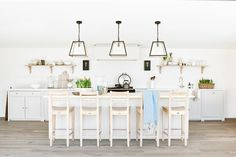 Meet Suffolk: a perfectly simple Shaker-style kitchen, made using natural materials and tried-and-tested joinery techniques. See the collection online. Open Plan Kitchen, New Kitchen, Kitchen Island, Kitchen Decor, Kitchen Ideas, Kitchen Cabinets, Shaker Style Kitchens, Shaker Kitchen, Neptune Kitchen