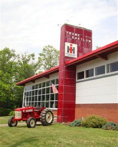 american owned and full of american products.places like this fed alot of families. Truck And Tractor Pull, Red Tractor, Tractor Pulling, Antique Tractors, Vintage Tractors, Antique Cars, International Tractors, International Harvester, Basketball Tricks
