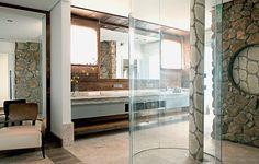 As formas orgânicas deram o tom e o conforto ao banheiro de 25 m². O destaque é o boxe caracol, criado pelo…