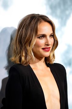 Weave Hairstyles and indian hairstyles Medium Hair Cuts, Medium Hair Styles, Curly Hair Styles, Natalie Portman, Bombshell Beauty, Natural Wavy Hair, Girl Haircuts, Grunge Hair, Hair Videos