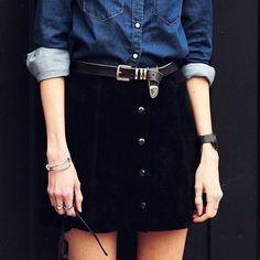 Button down skirt - Jupe noire boutonnée sur le devant + chemise en jean brut Mode Outfits, Casual Outfits, Winter Outfits, Mode Lookbook, Look Fashion, Street Fashion, Fall Fashion, Fashion Trends, Fashion News